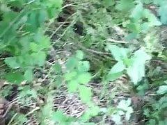 Pissen und abspritzen im Wald
