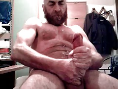 Biug dick daddy bear shooting on his beard