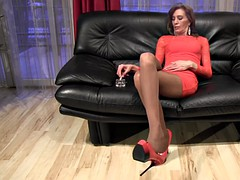 Tall mature Anique smoking, dangling video