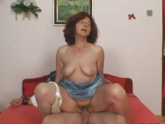 She finds aged mom riding her hubby's phallus