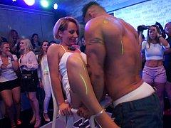Одетые девушки голые парни, В клубе, Сумасшедшие, Танцы, Группа, Секс без цензуры, Оргии, Вечеринка