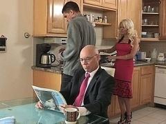 Blondine, Betrug, Familie, Hausfrau, Küche, Milf, Mutti, Ehefrau