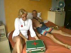 Blondine, Krankenschwester