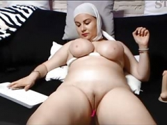 SAUDI ARABIAN Lady SHOWS HER SHAVEN Vag