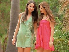 18 jahre, Erstaunlich, Braunhaarige, Kleid, Lesbisch, Rasiert, Dürr, Jungendliche (18+)