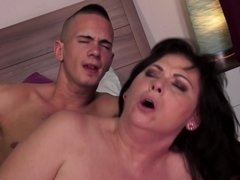 A fat old lady with a nice pussy is getting her fat body penetrated