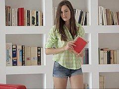 18 ans, Brunette brune, Collège université, Innocente, Culottes ou slips, Petite femme, Maigrichonne, Se déshabiller