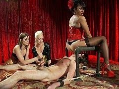 Homme nu et filles habillées, Domination, Face assise, Femelle, Groupe, Branlette thaïlandaise, Maîtresse, Jarretelles