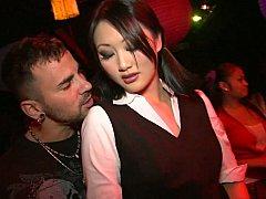 Asiatique, Sucer une bite, Brunette brune, Dansant, Robe, Groupe, Actrice du porno, Élève