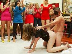 Блондинки, Брюнетки, Одетые девушки голые парни, Группа, Домохозяйки, Вечеринка, На публике, Застенчивая