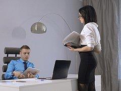 Blasen, Braunhaarige, Europäisch, Brille, Nackt, Büro, Sekretärin, Ablutschen