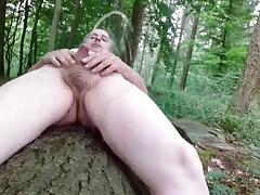 Pissen auf dem Baumstamm 02