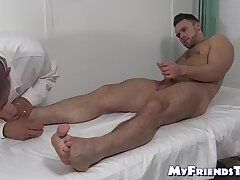 Mature dude worships hunk and his toes while he jerks off