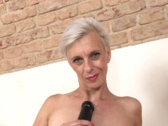 Slender MILF Espoir and sex toy